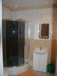 łazienka w pokoju na zdjęciu powyżej