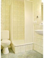 łazienka w pokoju z balkonem