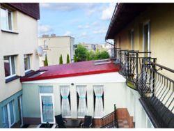 Widok na patio oraz pokoje z balkonami