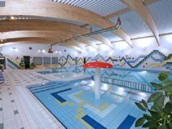basen ( w sąsiednim ośrodku wczasowym ) z którego korzystają nasi goście