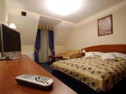 pokój 3-osobowy : łóżko małżeńskie + sofa do rozkładania + łazienka + balkon.