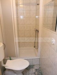 prysznic i wc na korytarzu