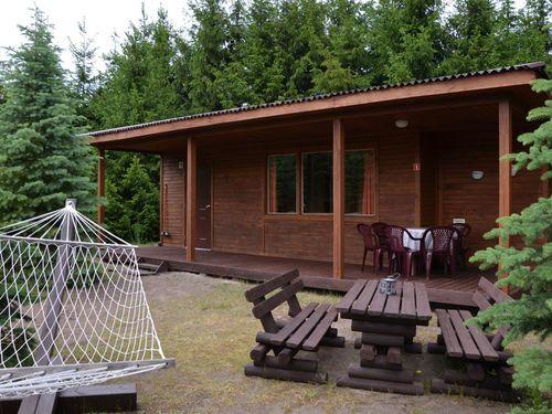 39 drewnianych domków 4 i 5-osobowych