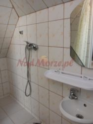tani pokój z łazienką w Rewalu