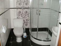 Łazienka w domkach piętrowych.