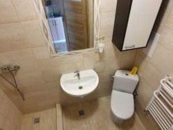 Łazienka w pokojach 2 osobowych. We wszystkich pokojach jest ten sam układ.